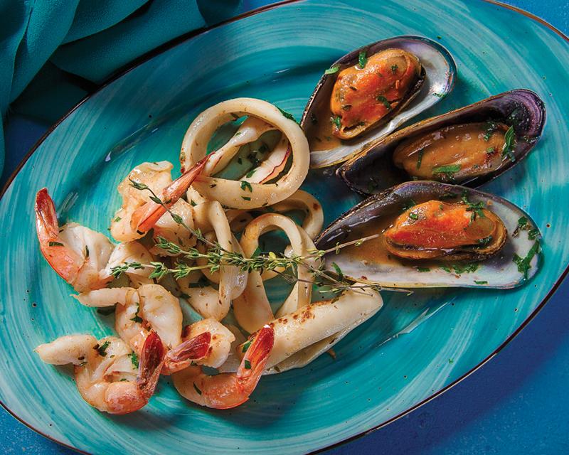 Ассорти морепродуктов, обжаренных с белым вином