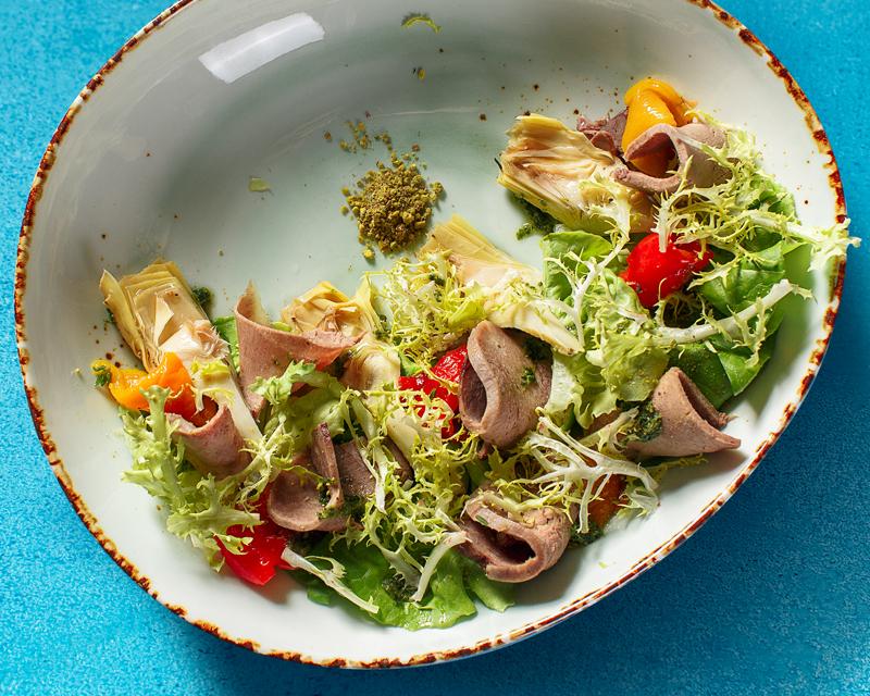 Итальянский салат с говяжьим языком, артишоками и перцем конфи