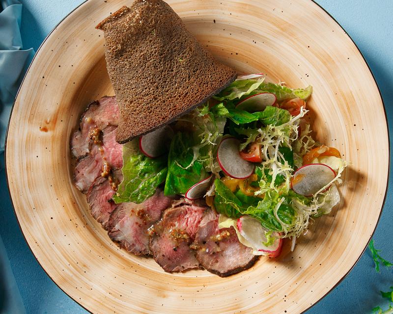 Ростбиф салат с печеным перцем, в чипсе из черного хлеба