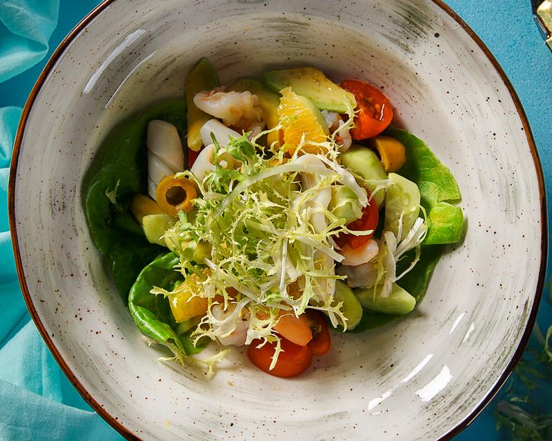 Средиземноморский салат с кальмарами и креветками