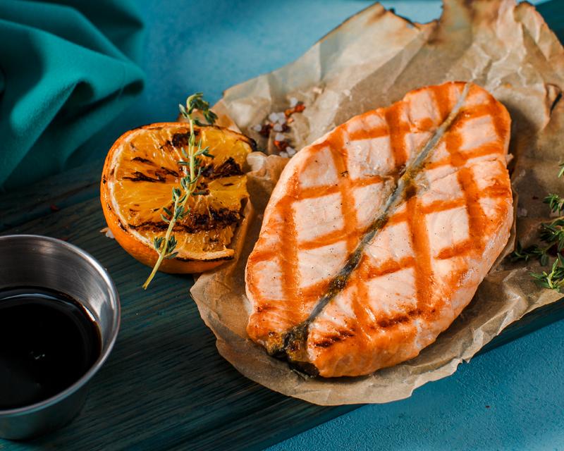 Стейк-бабочка из семги на гриле с гранатовым соусом