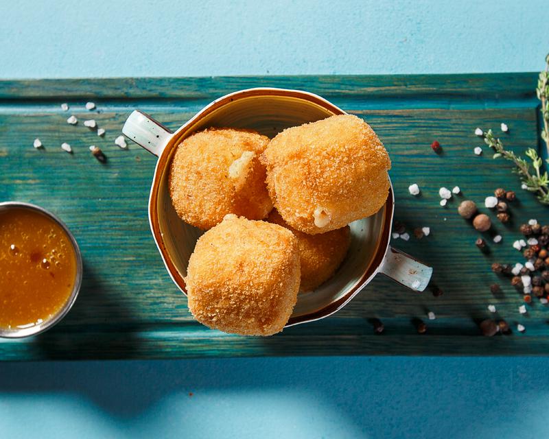 Сыр, жаренный в сухарях, с персиковым соусом