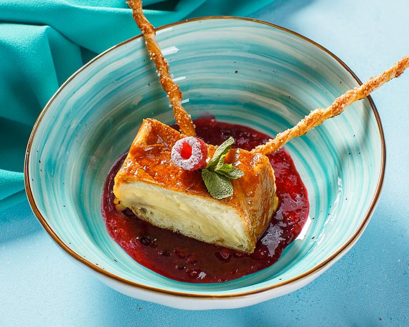 Слоеный Тарт с заварным кремом и ягодным соусом
