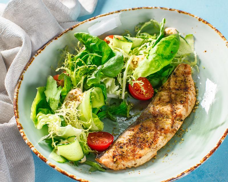 Тейсти салат с жареной в фисташках семгой