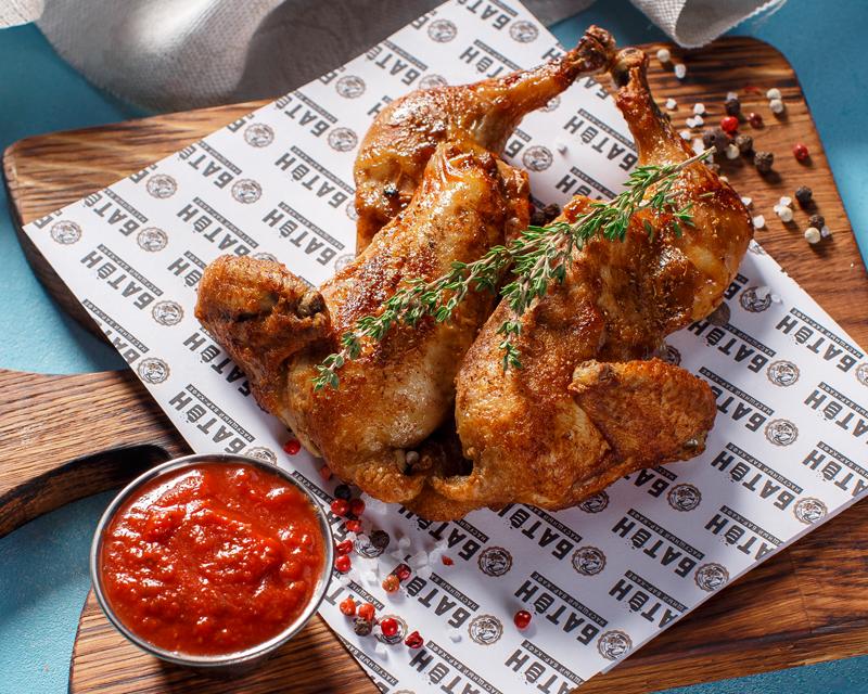 Цыпленок корнюшон, жаренный под прессом с соусом сацебели
